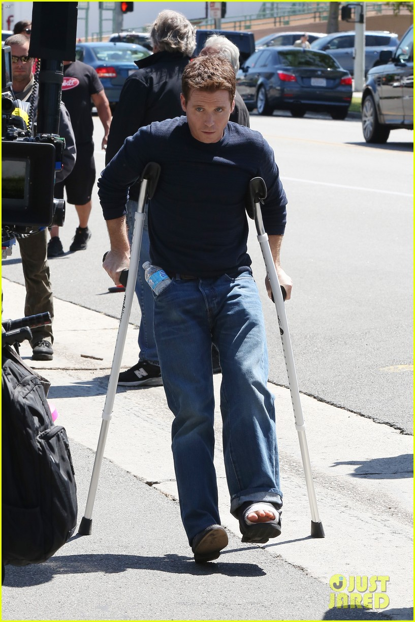 kevin connolly returns to entourage set after breaking his leg 133083818