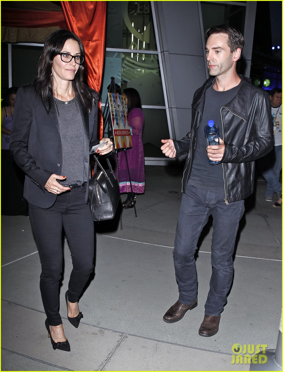 courteney cox boyfriend johnny mcdaid leads the way 033087734