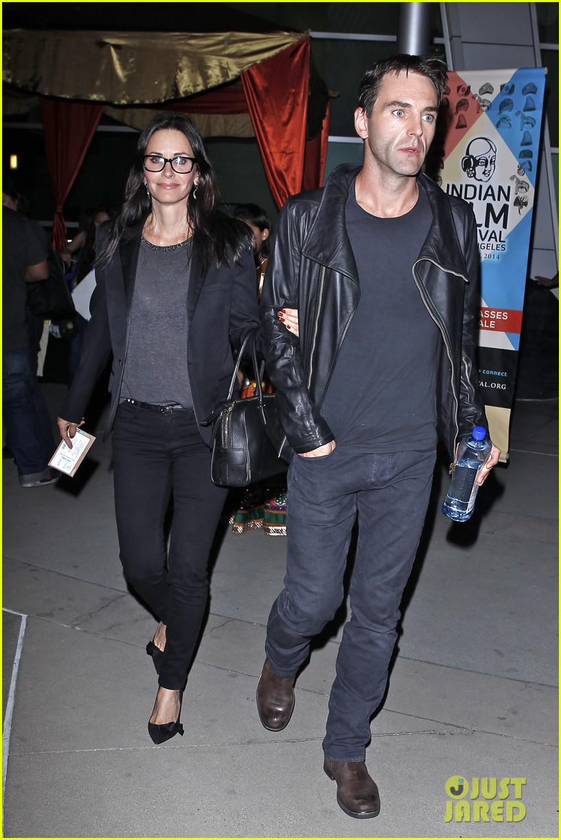 courteney cox boyfriend johnny mcdaid leads the way 043087735