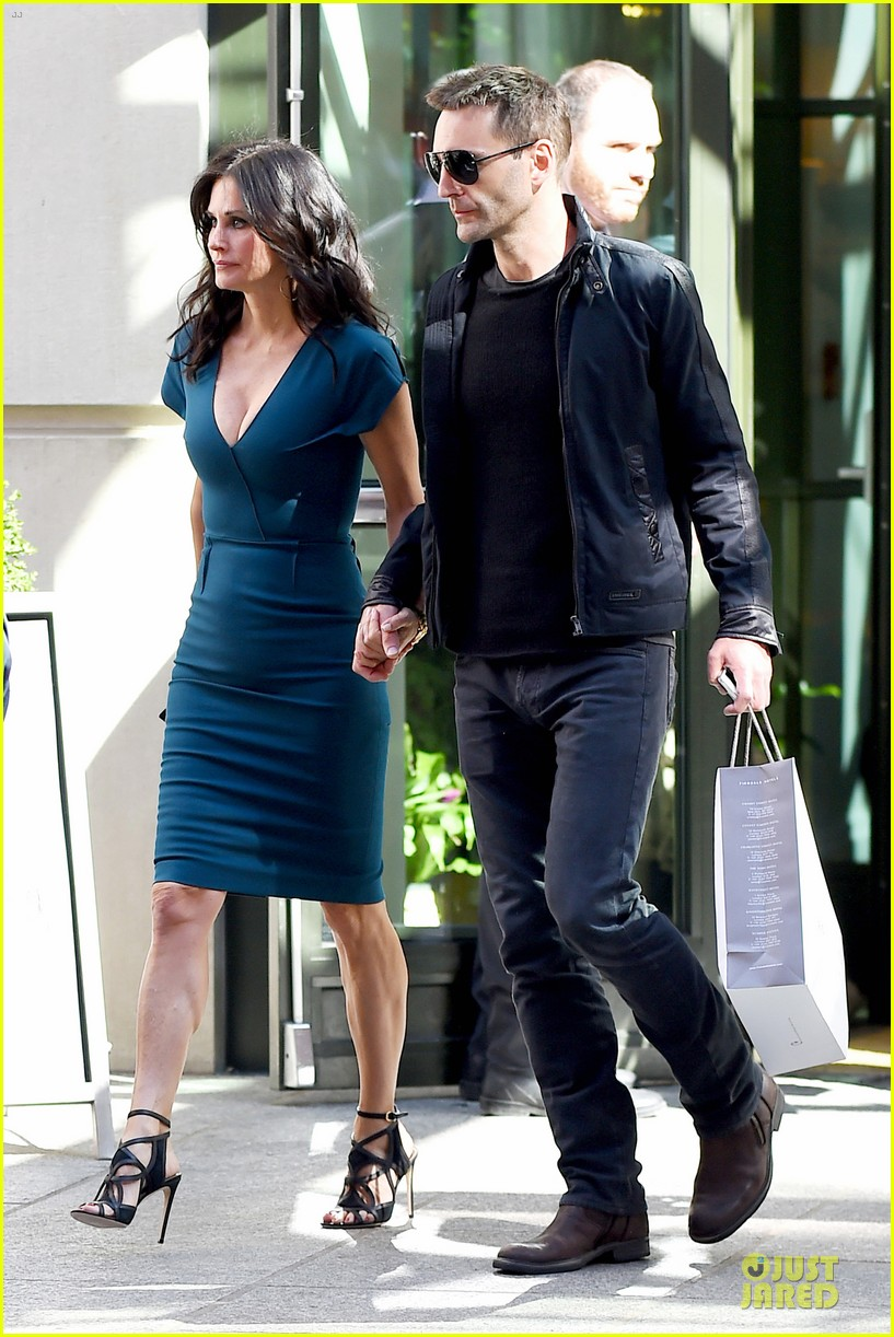 courteney cox johnny mcdaid hold hands at letterman 013096433