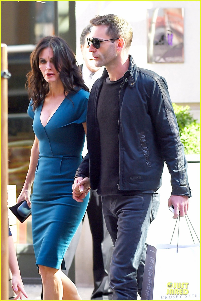 courteney cox johnny mcdaid hold hands at letterman 023096434