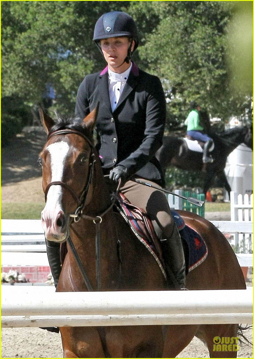 kaley cuoco zooey deschanel cant stop horseback riding 02