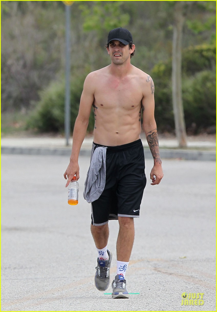 kaley cuoco workout with shirtless ryan sweeting 03