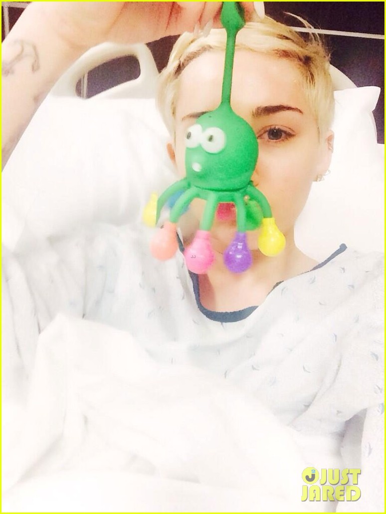miley cyrus hospitalized allergic reaction3092834