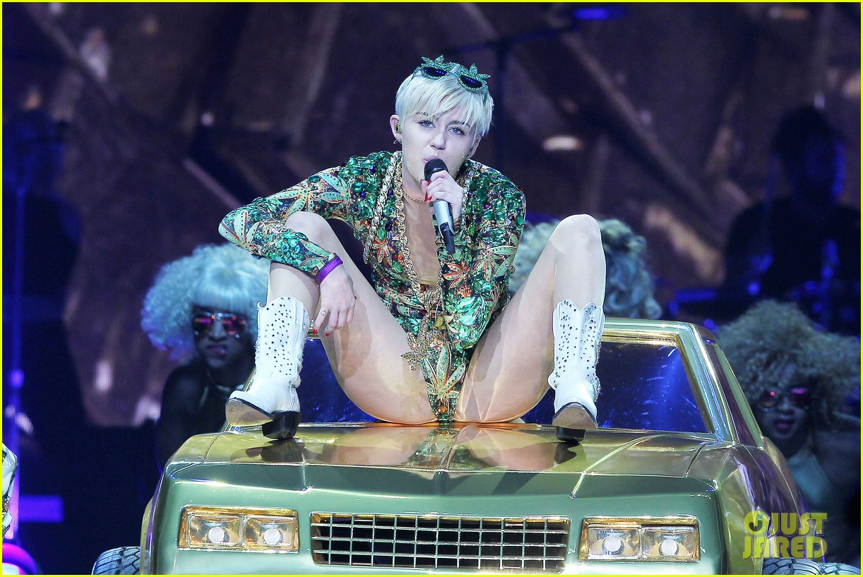 miley cyrus hits the stage despite being miserable 323084204