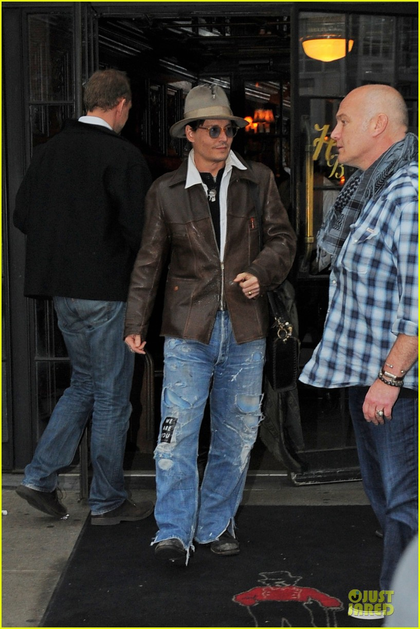 johnny depp poses for selfie with fan 013097039