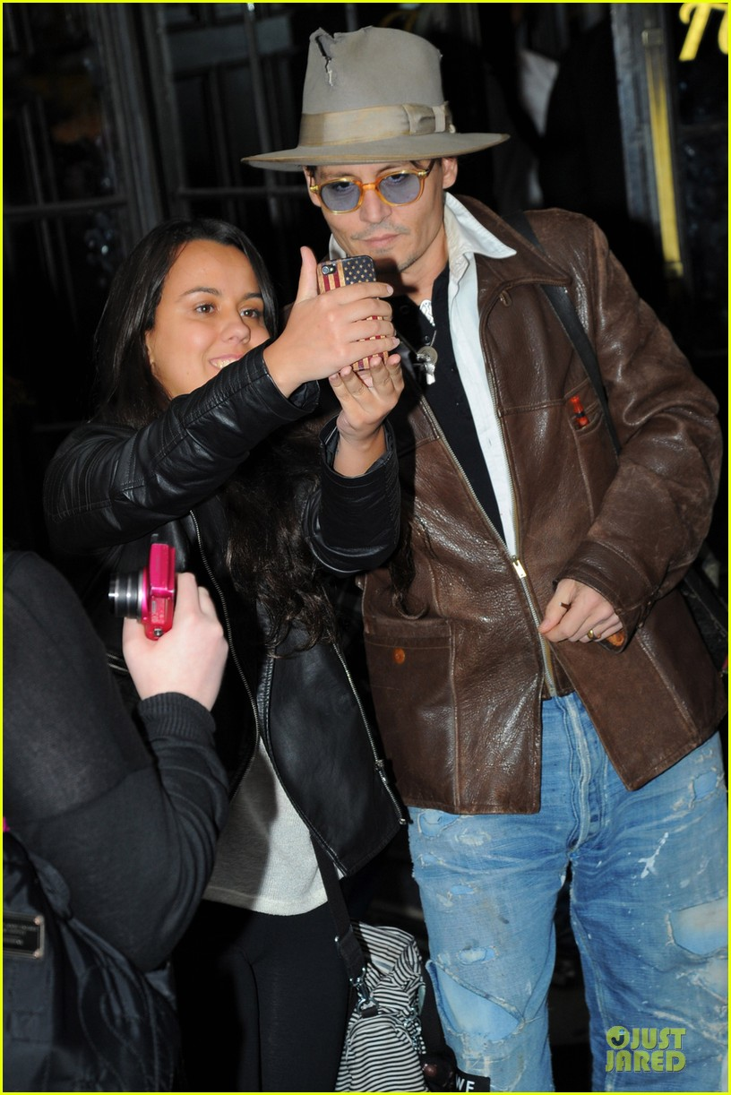 johnny depp poses for selfie with fan 023097040