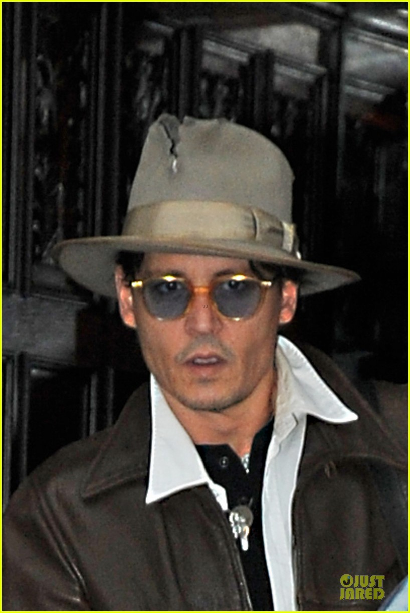 johnny depp poses for selfie with fan 043097042