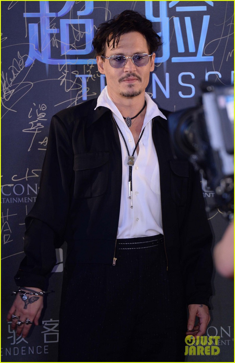 johnny depp hits the transcendence premiere 013082664