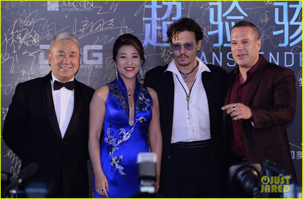 johnny depp hits the transcendence premiere 023082665