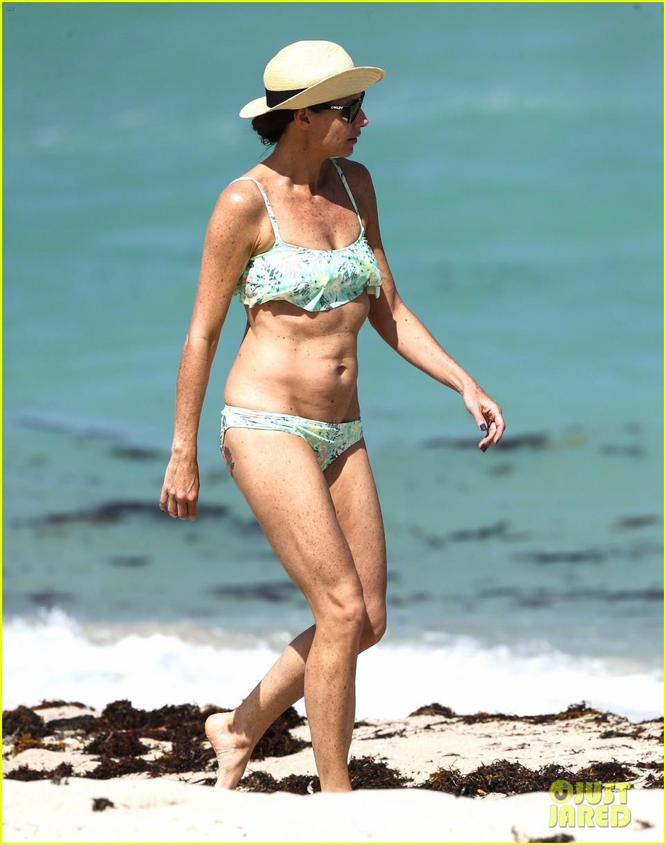 minnie driver bares bikini body 093087770
