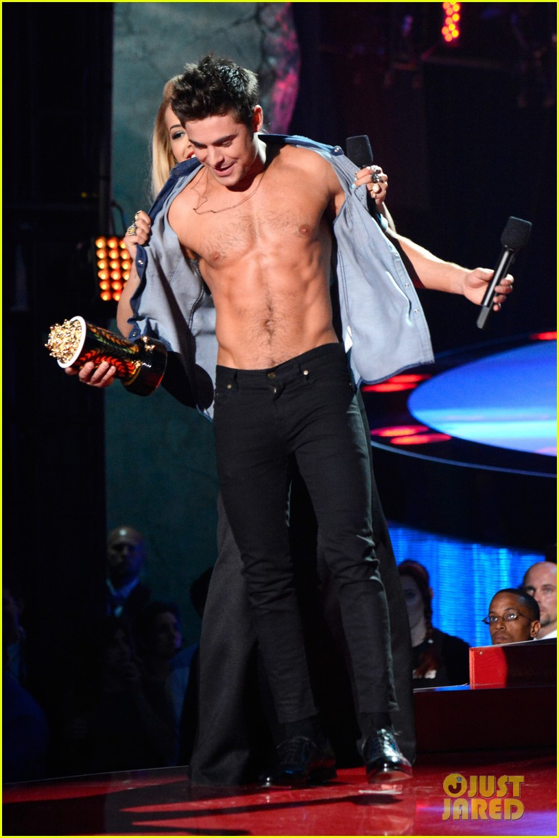 zac efron interviewed shirtless mtv movie awards 033092153