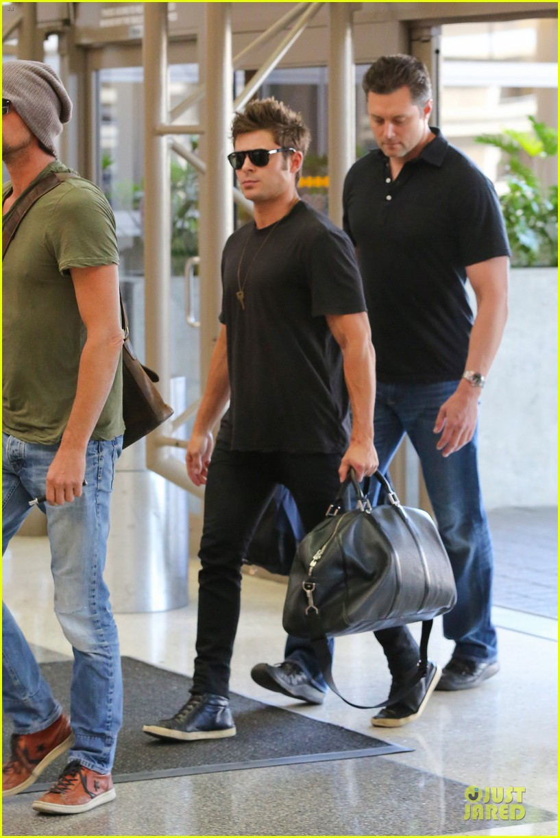 zac efron guns stop traffic at lax 113096947