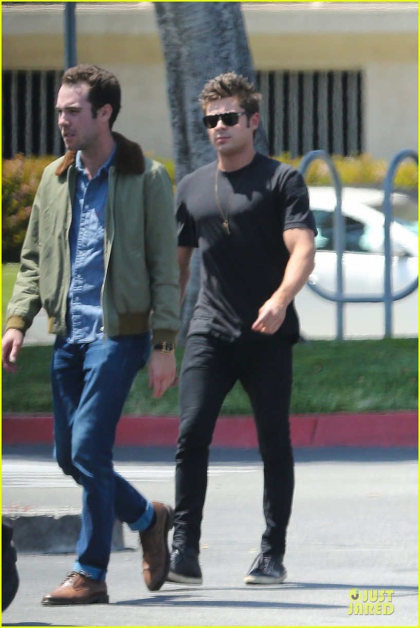 zac efron guns stop traffic at lax 12
