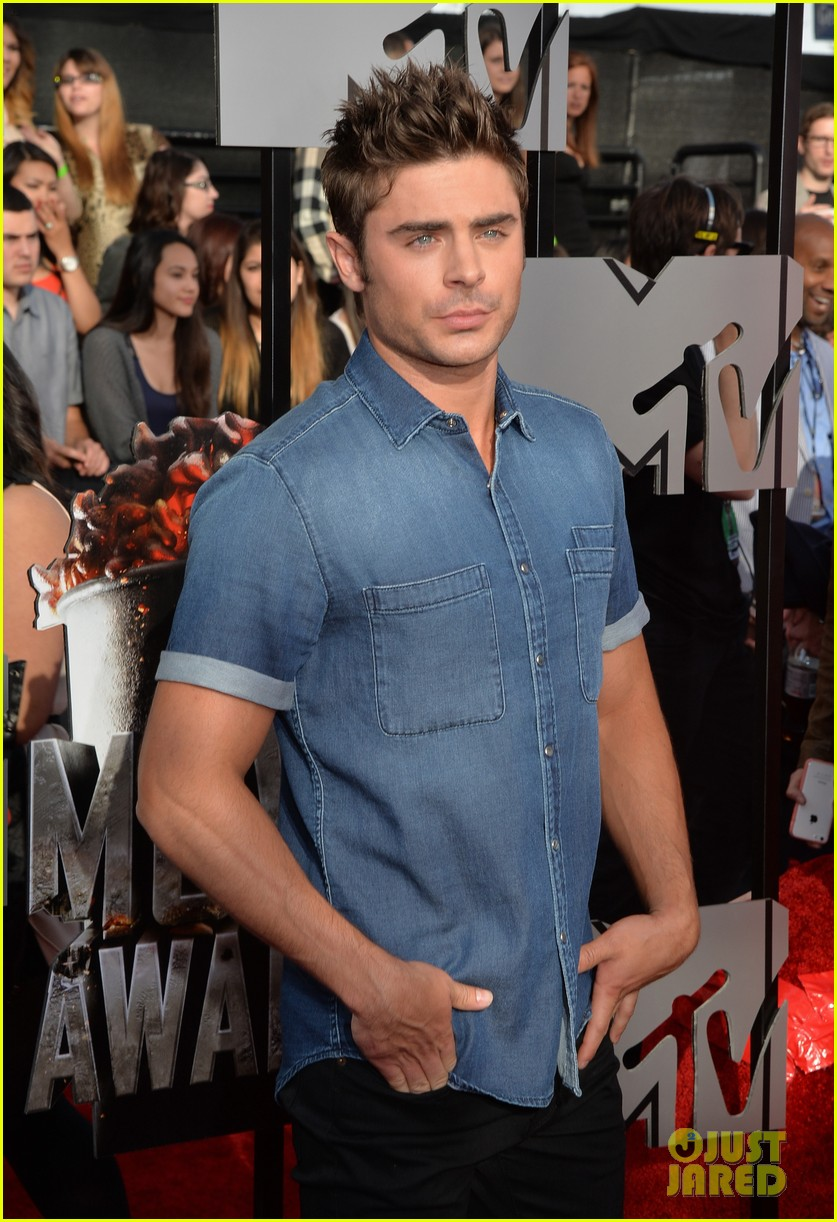 zac efron arms mtv movie awards 2014 01