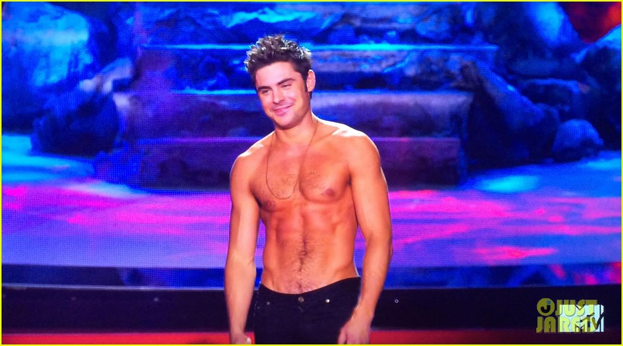 zac efron shirtless mtv movie awards 2014 113091290