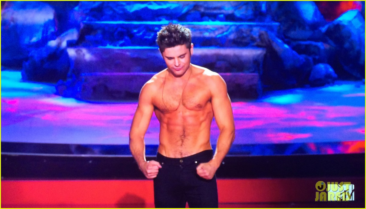 zac efron shirtless mtv movie awards 2014 153091294