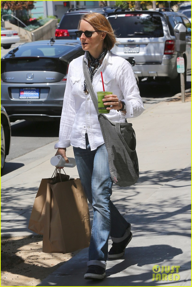 jodie foster steps out after surprise weekend wedding 043098354