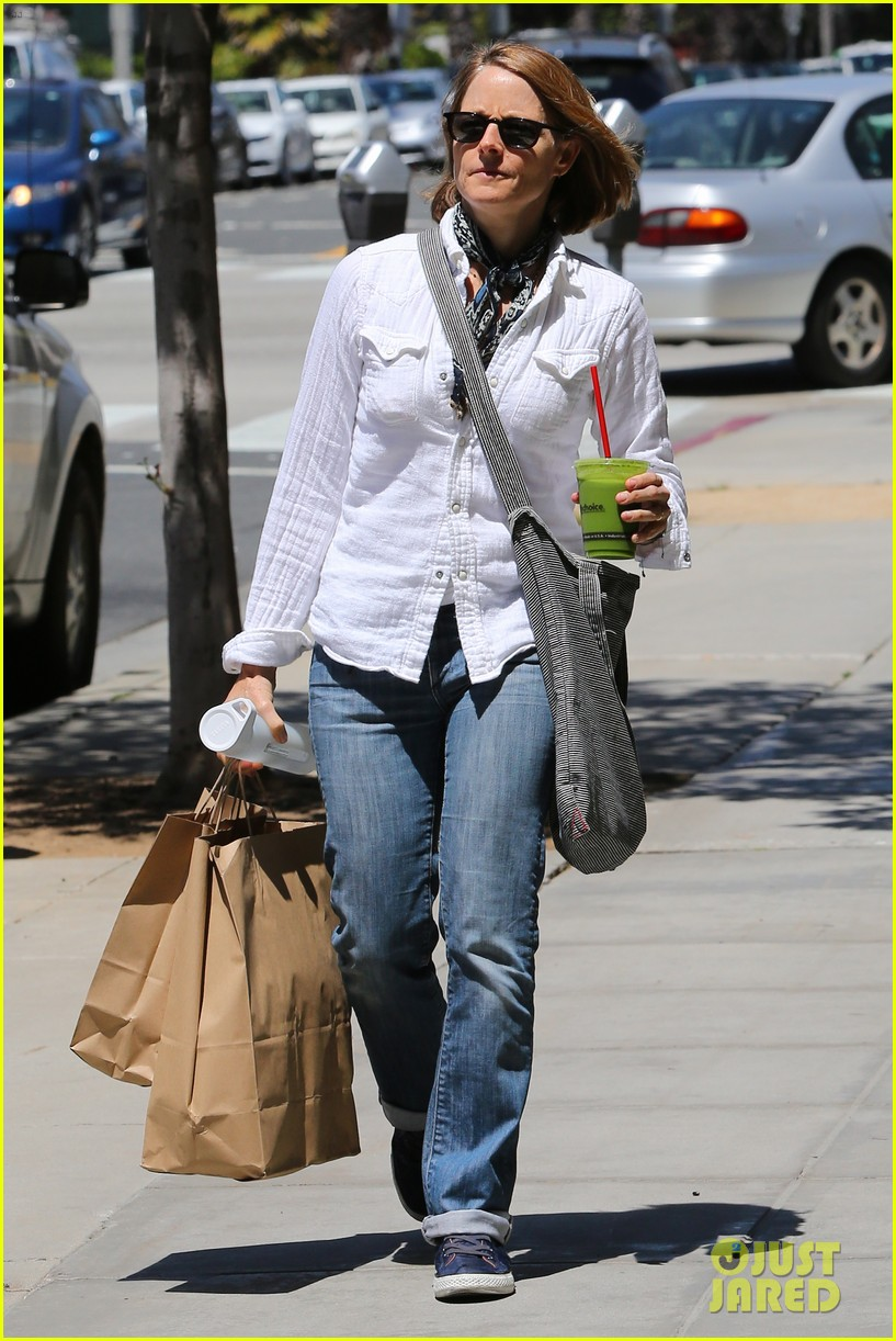jodie foster steps out after surprise weekend wedding 063098356