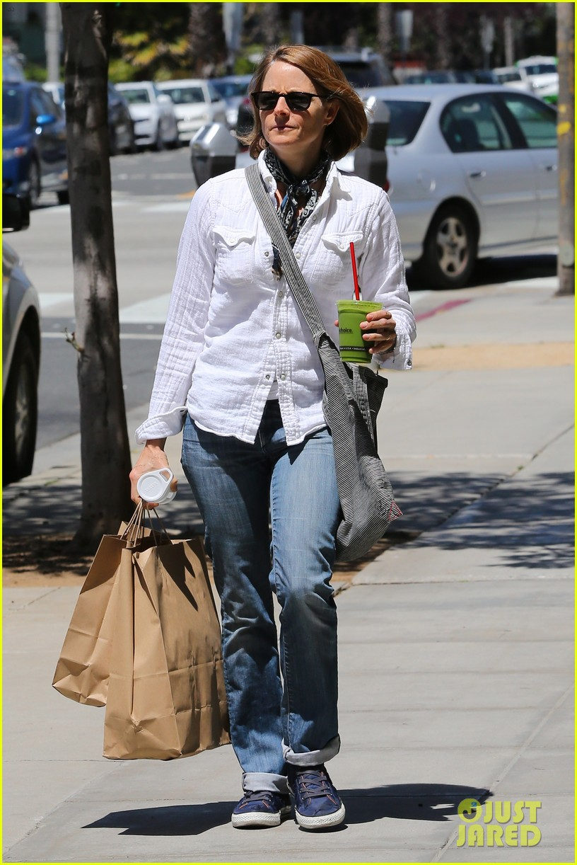 jodie foster steps out after surprise weekend wedding 083098358