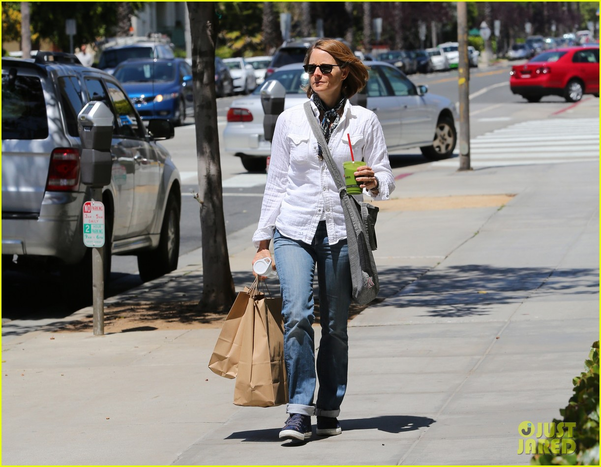 jodie foster steps out after surprise weekend wedding 093098359