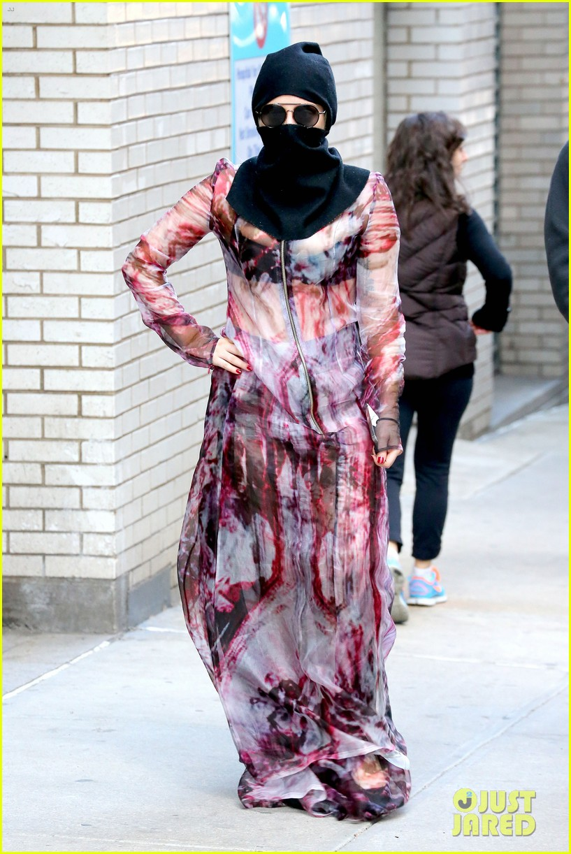 lady gaga wears burqa hospital visit 013085323