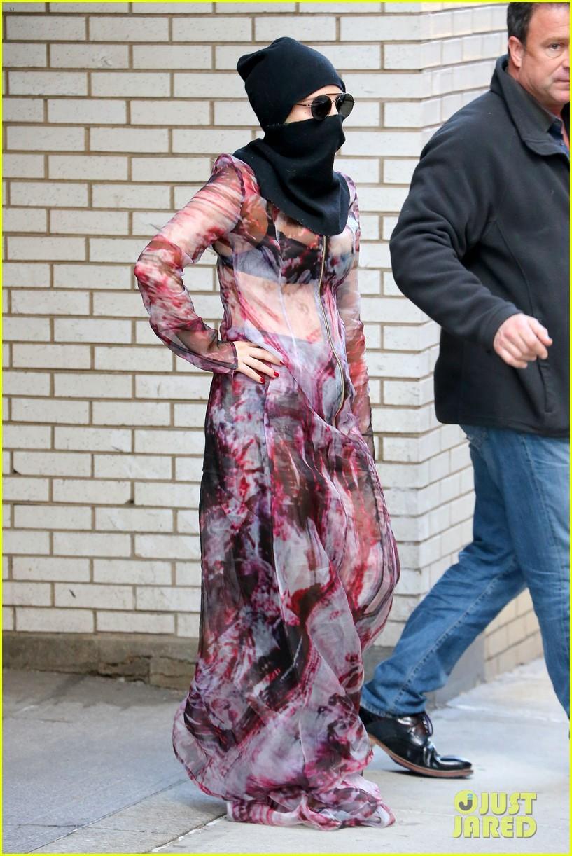 lady gaga wears burqa hospital visit 033085325