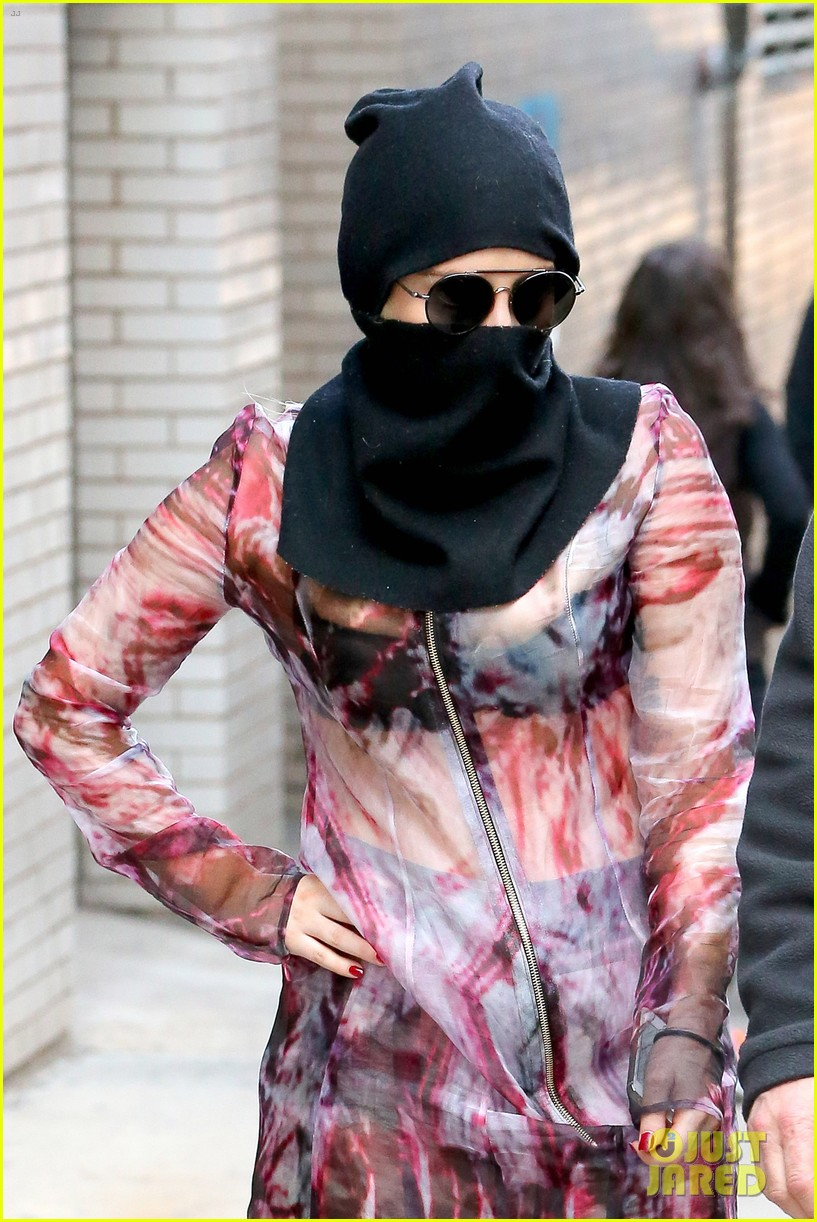 lady gaga wears burqa hospital visit 073085329