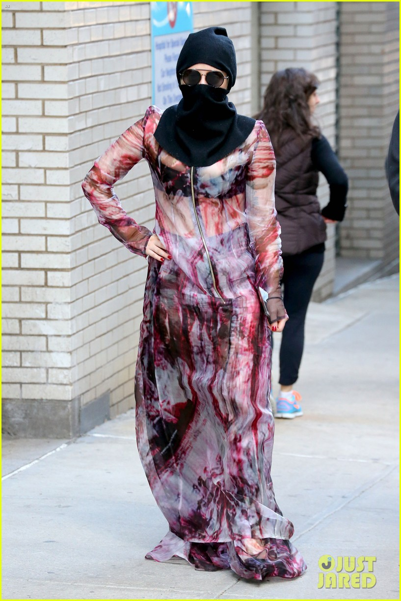 lady gaga wears burqa hospital visit 083085330