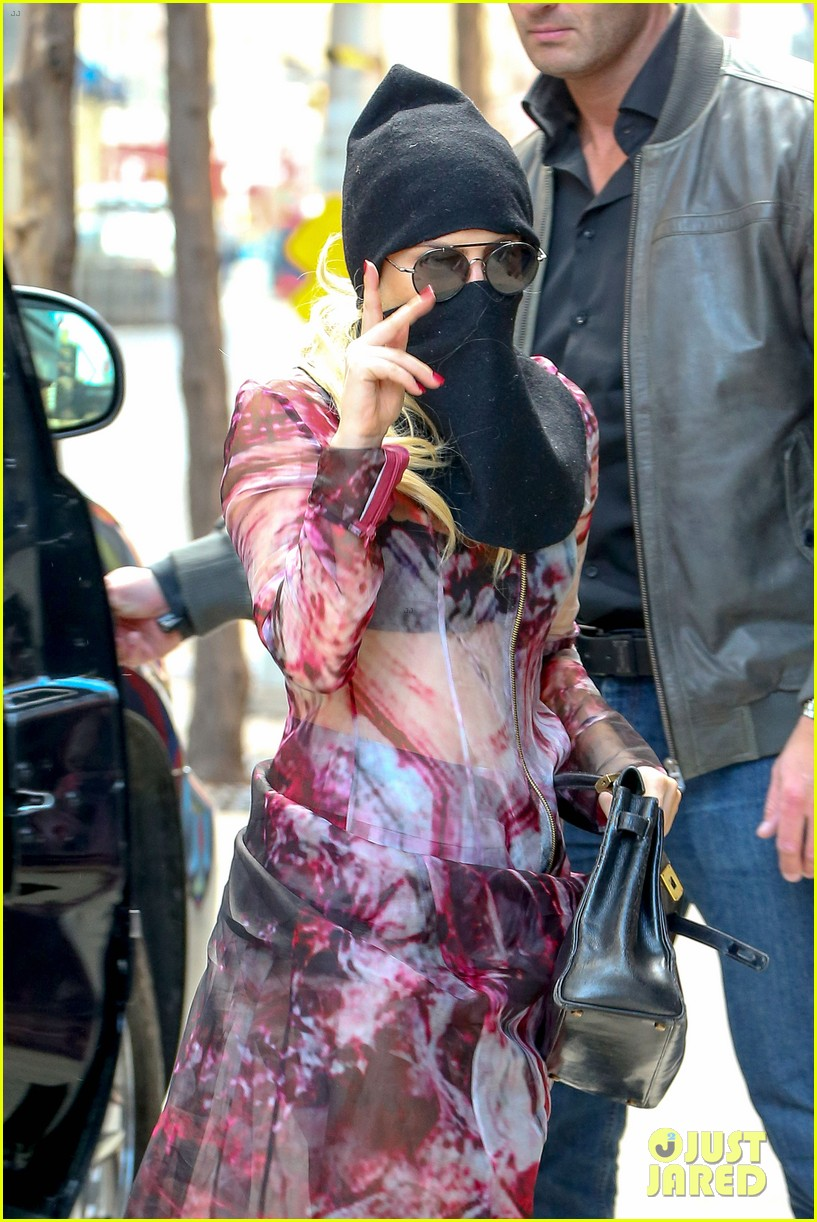 lady gaga wears burqa hospital visit 113085333