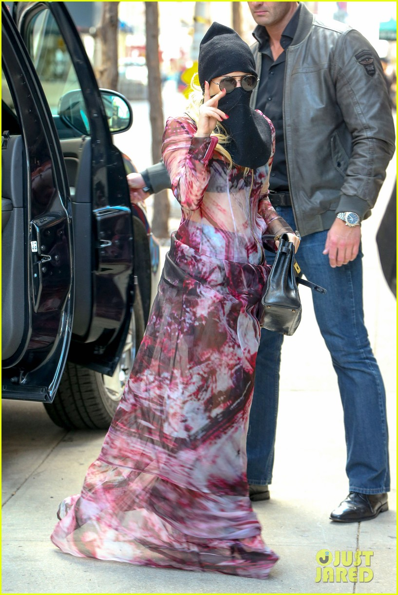 lady gaga wears burqa hospital visit 123085334