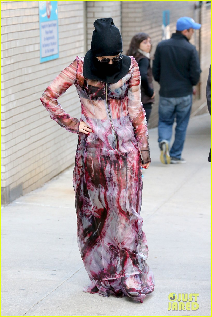 lady gaga wears burqa hospital visit 143085336