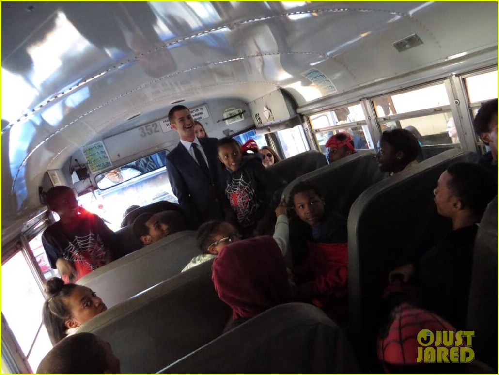 andrew garfield rides bus with underprivileged kids spider man premiere 043098468