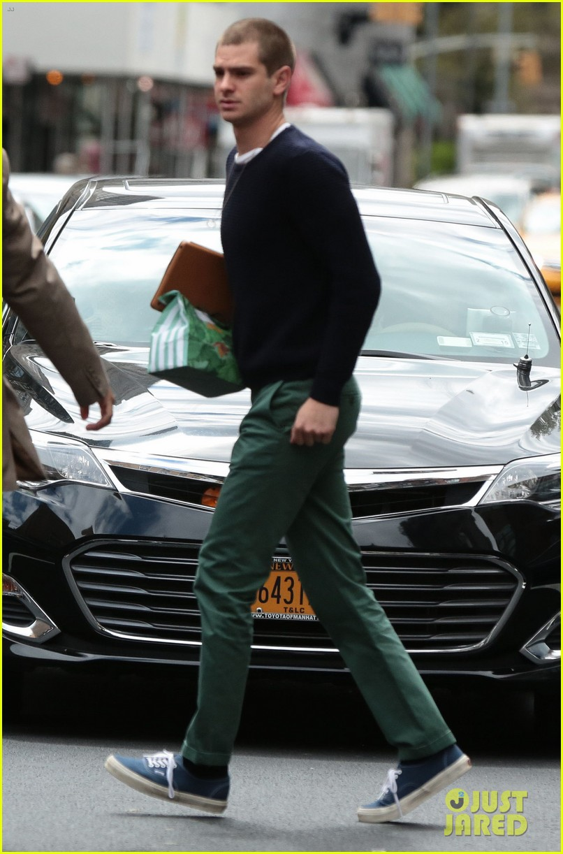 andrew garfield new buzz cut suit him well 053097974