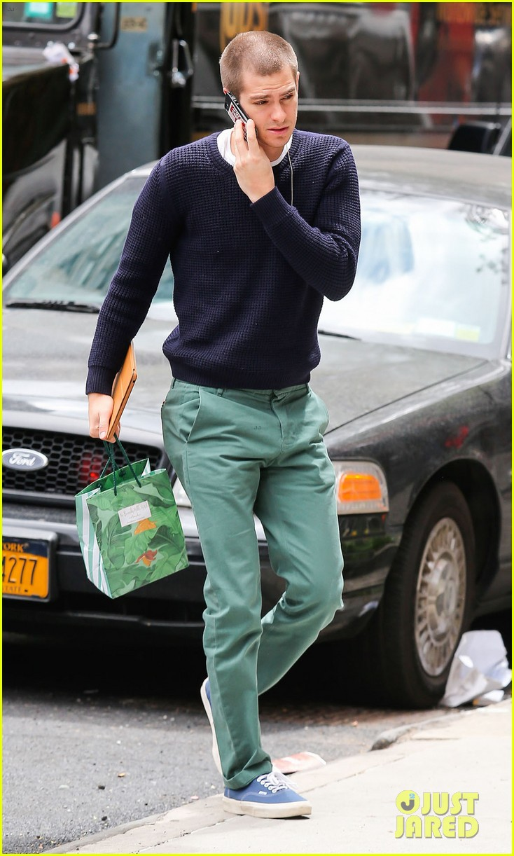 andrew garfield new buzz cut suit him well 073097976