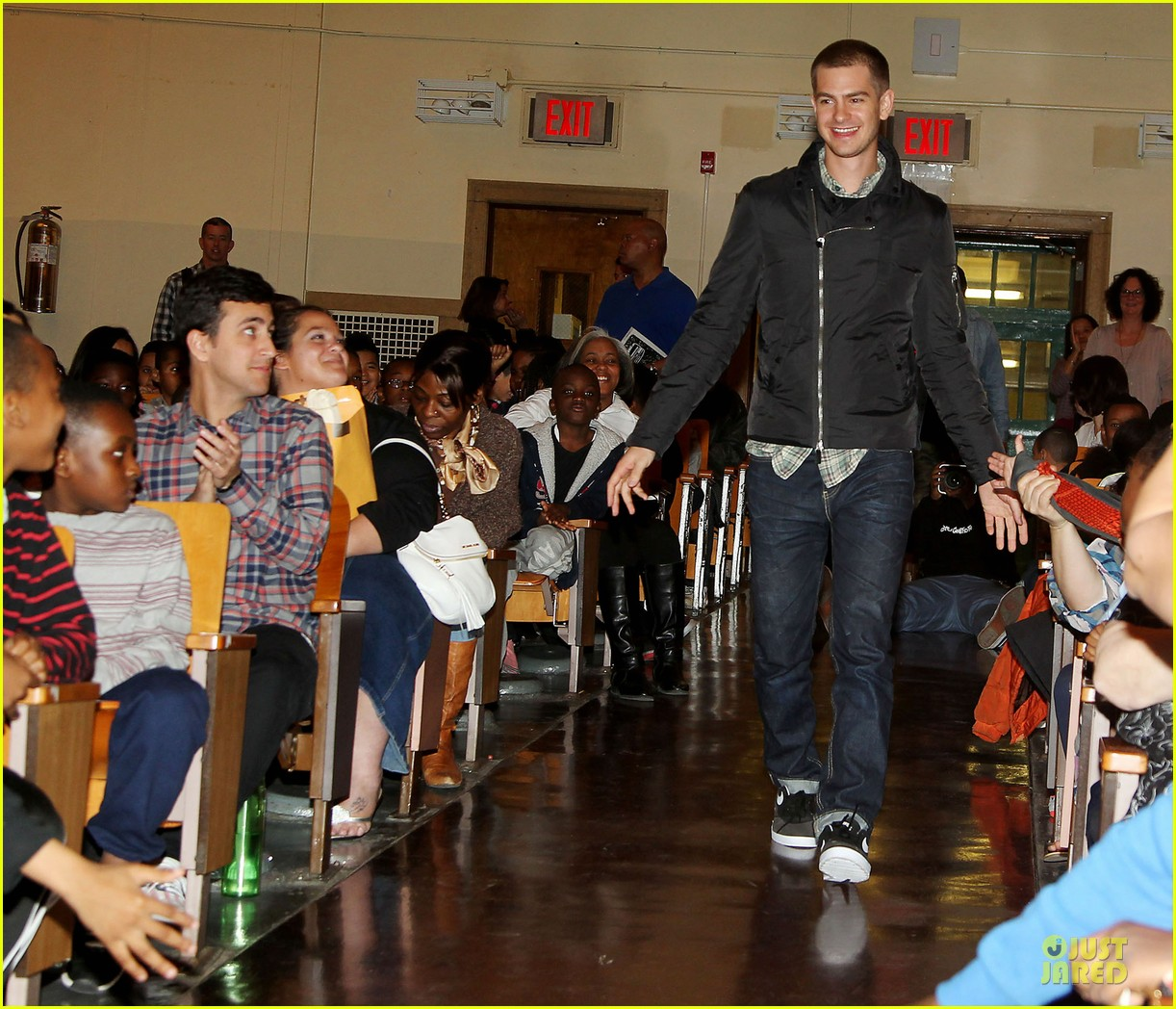 andrew garfield emma stone heart of gold at volunteer day 163099441