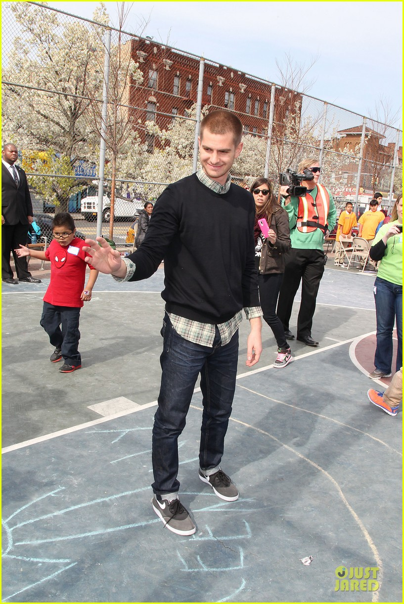andrew garfield emma stone heart of gold at volunteer day 253099450