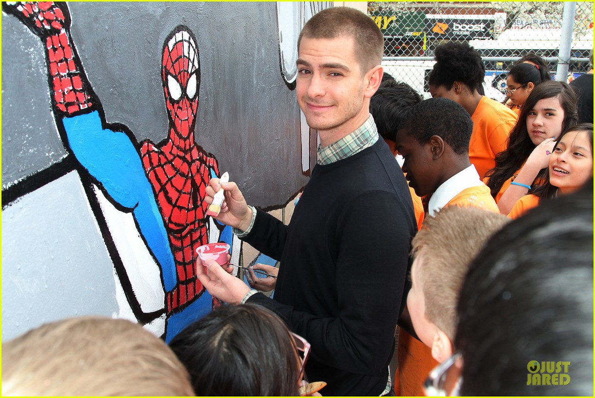andrew garfield emma stone heart of gold at volunteer day 263099451