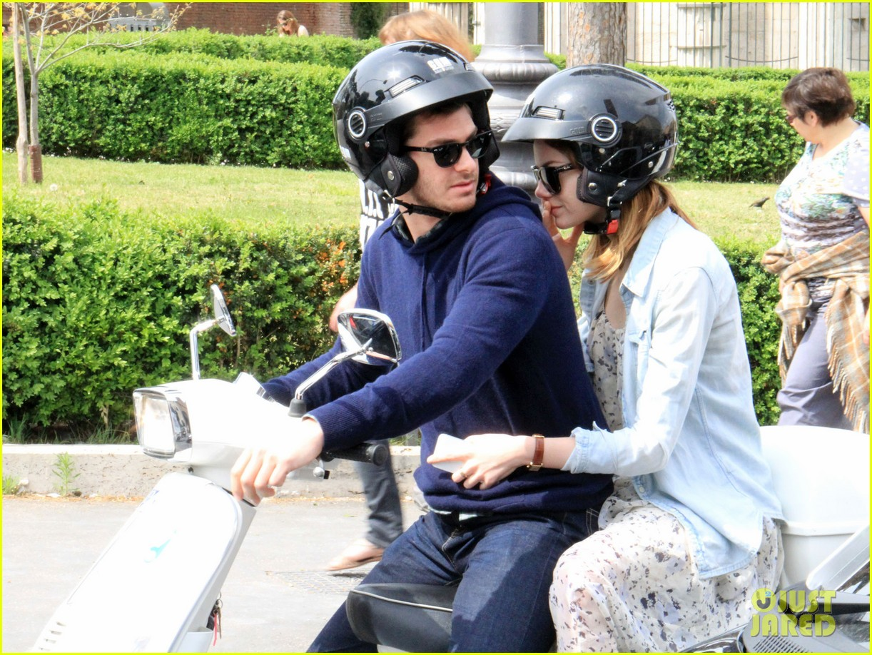 andrew garfield emma stone romantic vespa ride 07