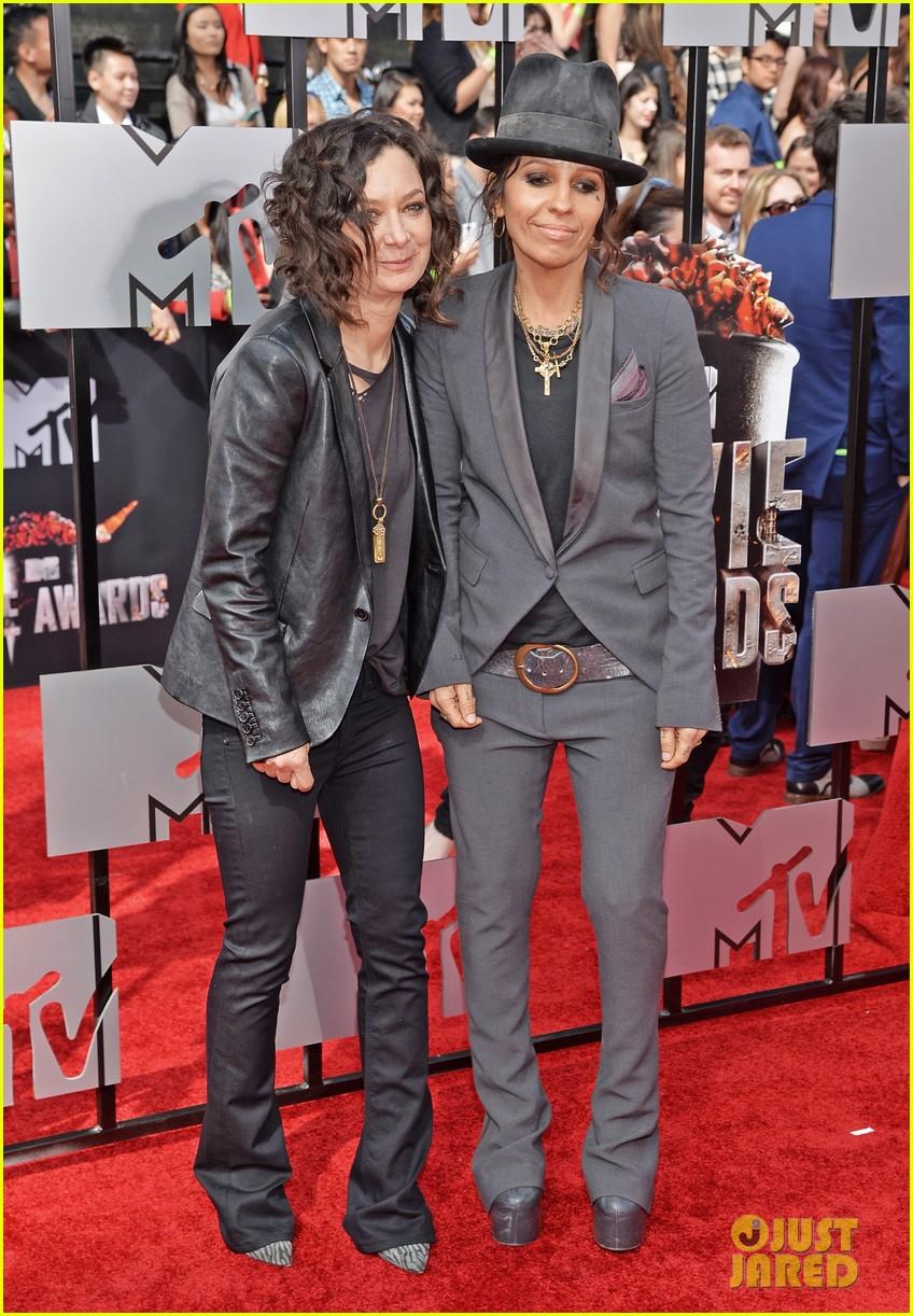 Sara Gilbert Linda Perry Step Out As Married At Mtv Movie Awards 2017