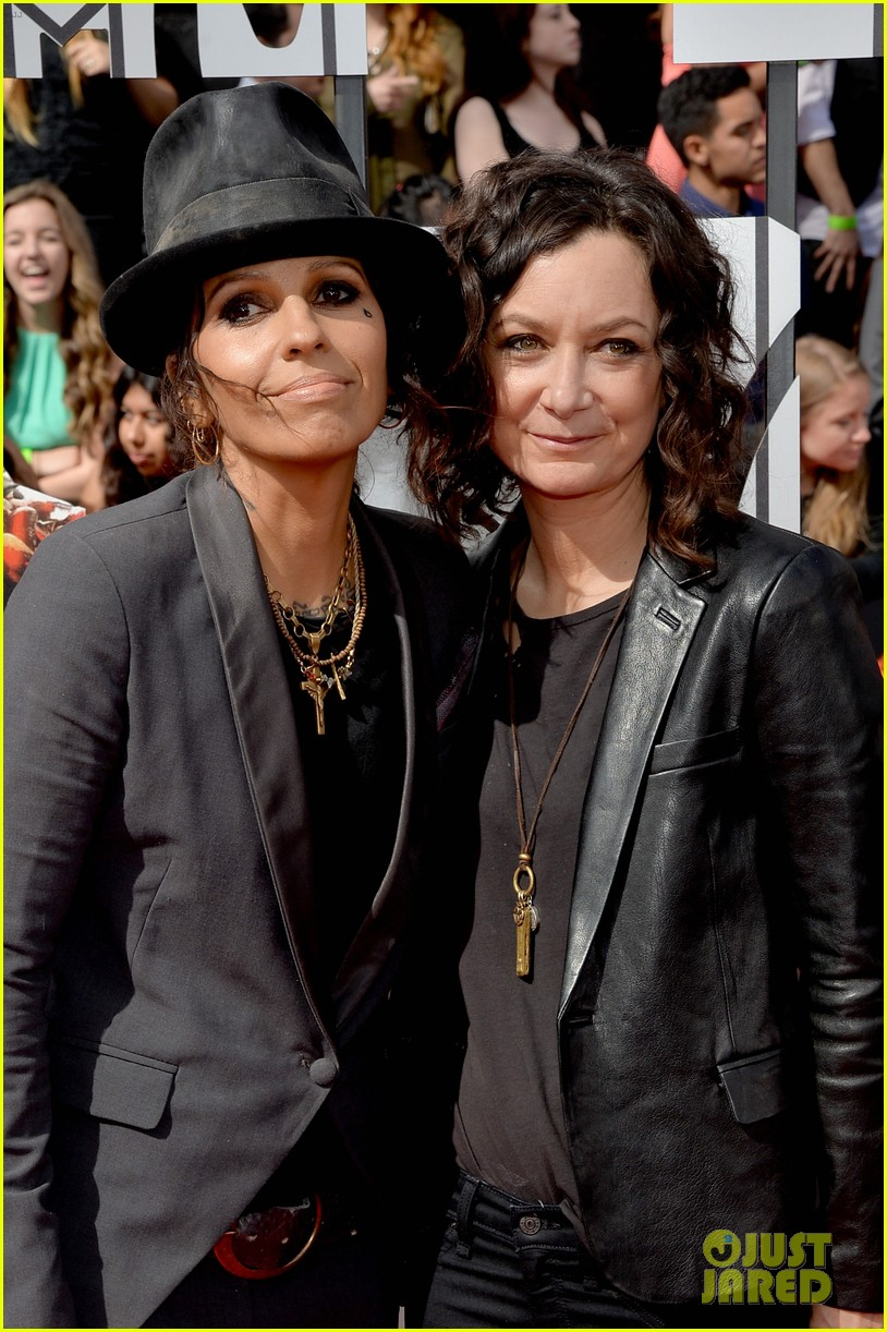 sara gilbert linda perry married couple mtv movie awards 2014 043091048