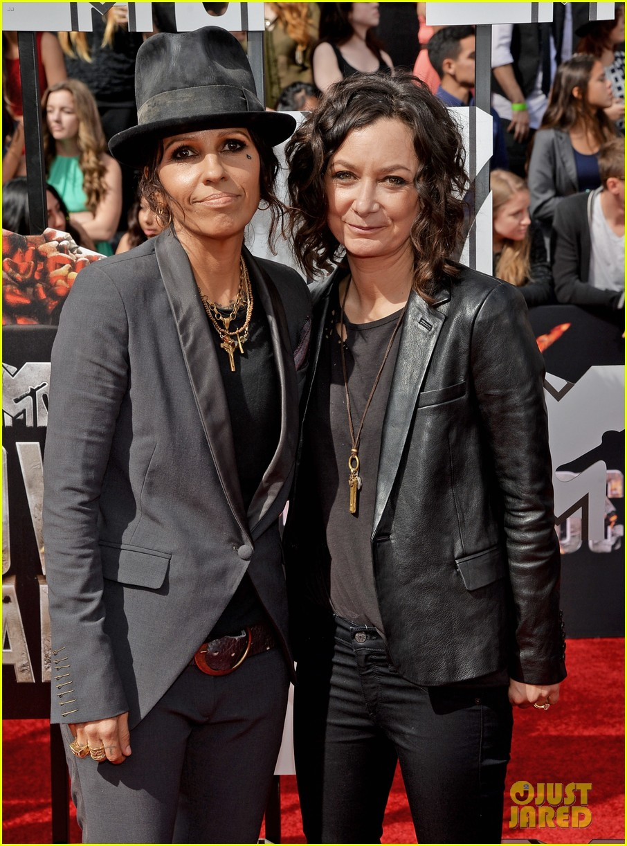 sara gilbert linda perry married couple mtv movie awards 2014 103091054