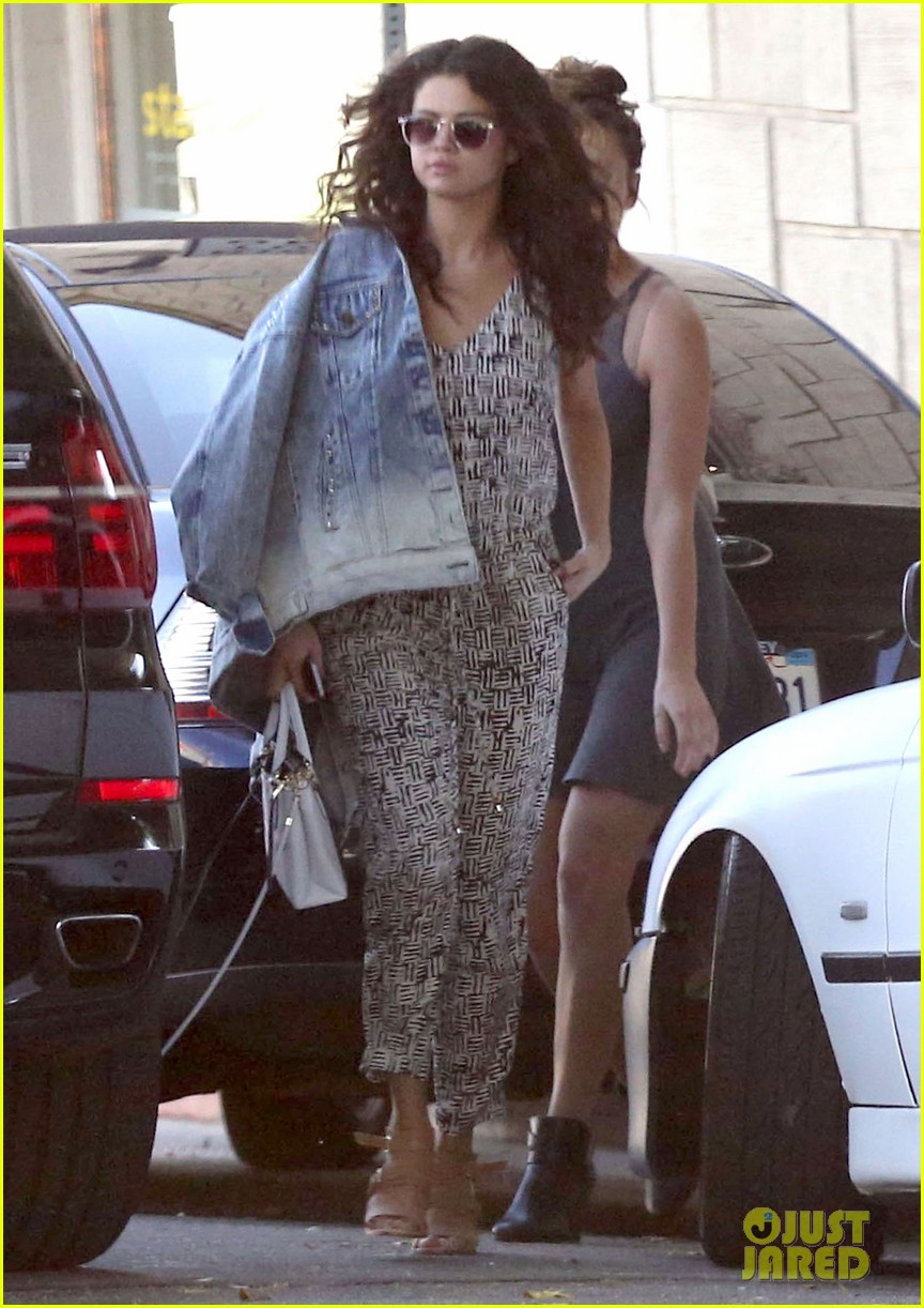 selena gomez shows off her big sexy curls after salon appointment 173086162