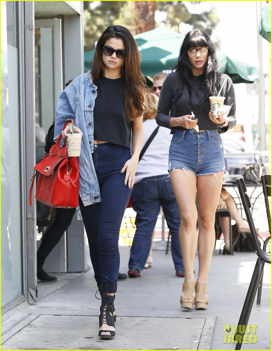 selena gomez spent easter sunday with tons of friends 103096270