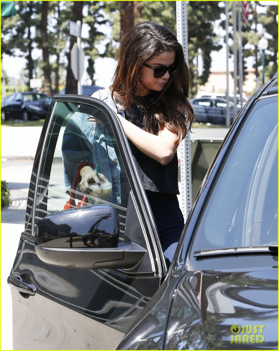 selena gomez spent easter sunday with tons of friends 123096272