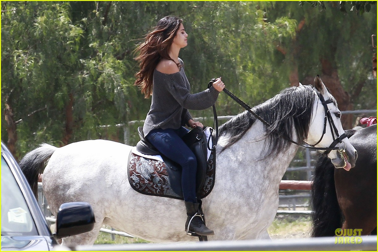 selena gomez good friday with a horse 04