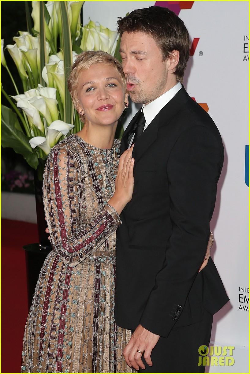 maggie gyllenhaal debuts blonde pixie cut 023086832