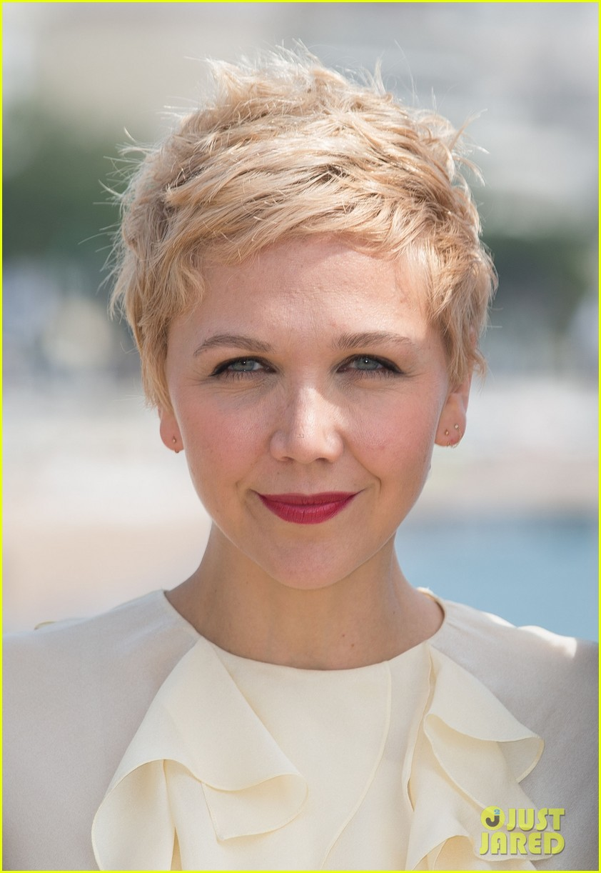 maggie gyllenhaal debuts blonde pixie cut 083086838