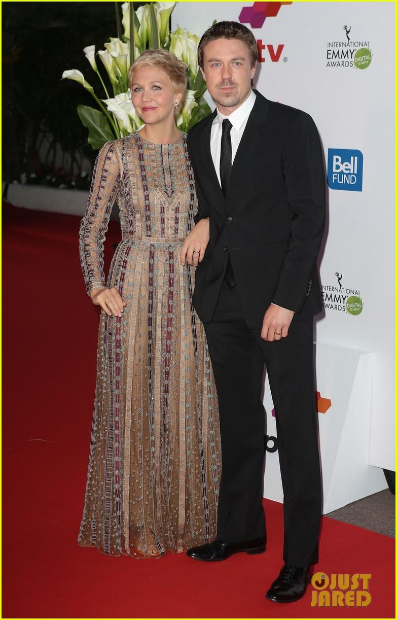 maggie gyllenhaal debuts blonde pixie cut 123086842