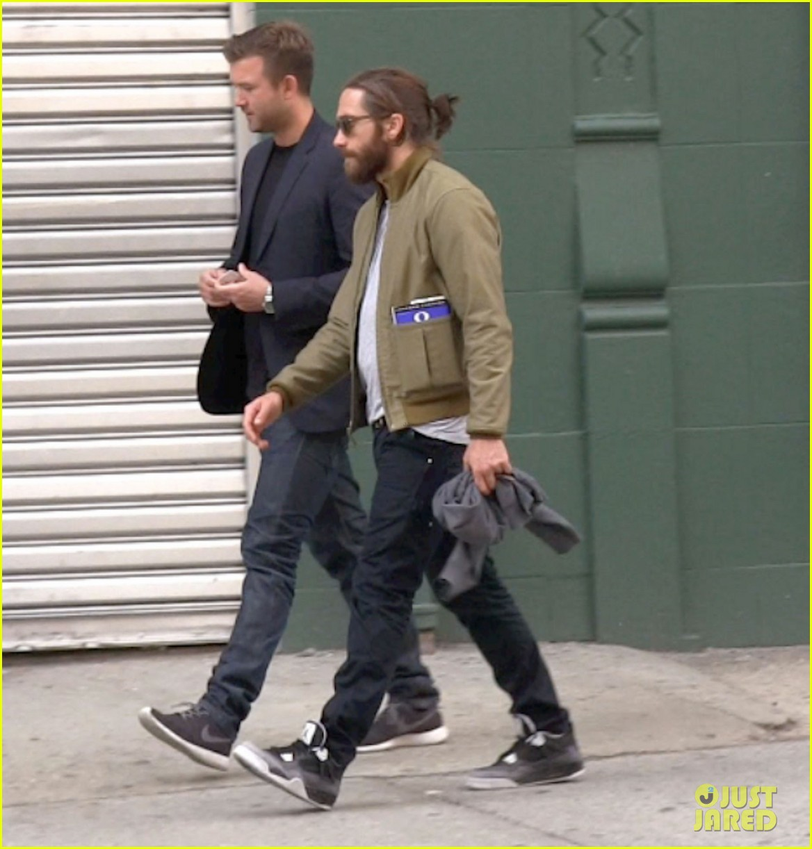 jake gyllenhaal is back in nyc still sporting his scruffy beard 013101625